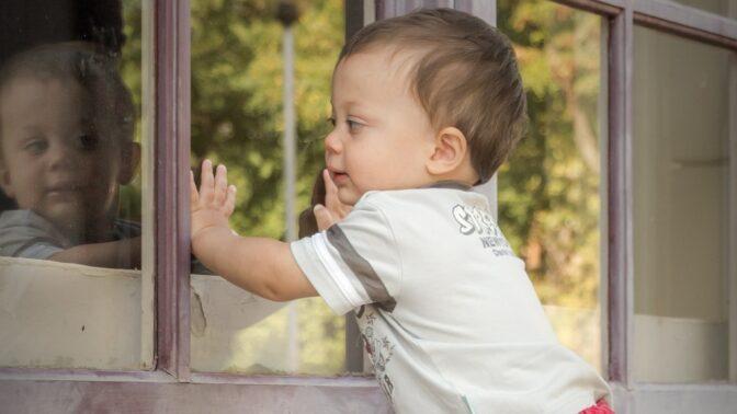 Sklo, nebezpečí pro děti: Před poraněním střepy pomohou třeba i samolepky