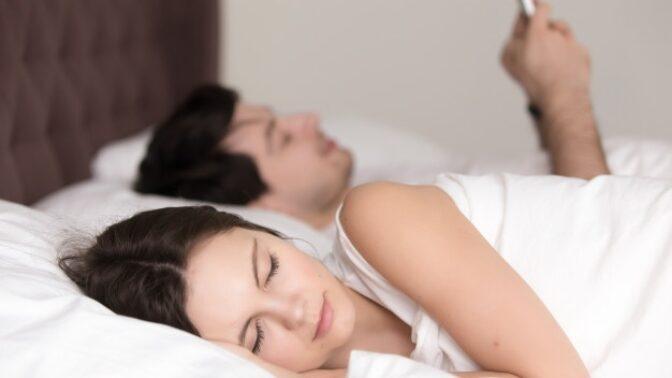 Lucie (34): Manžel má mobil neustále v ruce, nedokáže bez něj ani spát, přijde mi to jako posedlost