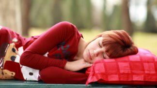 Věda o polštáři: Co pod hlavu, když máte alergii, bolavou krční páteř a další neduhy