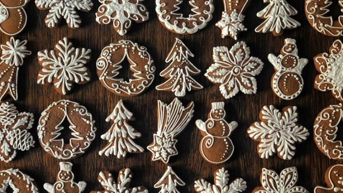 Pečeme na Vánoce: 3 perníkové rychlovky z jedné krabice, které vám ušetří čas