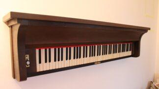 Renovace starého nábytku: Jak ze starého piana udělat netradiční moderní polici?