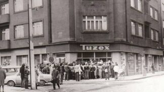 30 let od revoluce: Zavzpomínejte na první džíny, Tuzex i nekonečné fronty