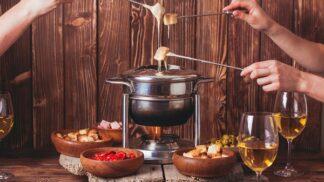 Fondue: Zapomeňte na gril, výtečně pohostíte i chlebem a sýrem