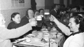 Pivo Češi milují od nepaměti. Jak ale fungovaly lokály před revolucí a změnila se od té doby kvalita tohoto zlatavého moku?