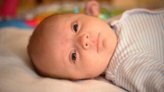 Jak uspat miminko? Zabírá speciální hlazení i bílý šum