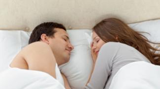 Jak pevný máte vztah se svým partnerem? Zjistěte to podle polohy, ve které nejčastěji usínáte