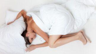 Babské rady, jak přemluvit tělo k spánku, když je venku vedro