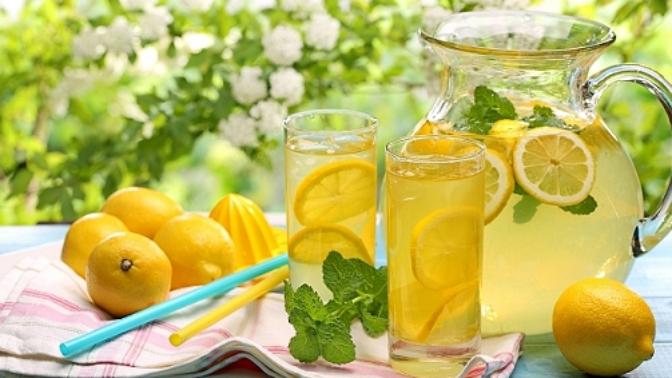 Je libo vodu s plátkem citronu? Raději odmítněte. Může v ní být spousta virů a bakterií