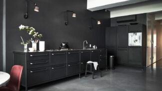 Černé stěny, elegance sama. Podívejte se na působivý bytový showroom