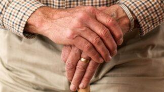 Nová naděje pro lidi s Alzheimerovou chorobou. V Japonsku pro ně vymysleli chytré GPS boty