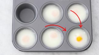 K snídani už jen vejce Benedikt. S formou na muffiny je zvládne i nešika