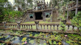 Party hrad, který půl století zarůstal džunglí. Ve 30. letech se v něm děly divoké věci