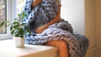 Šikovná žena vydělává spoustu peněz prodejem šál, do kterých se zachumláte s celou vaší rodinou