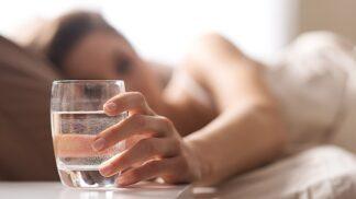 Natočit a hubnout. Těchto 7 překvapivých efektů má pití teplé vody po ránu