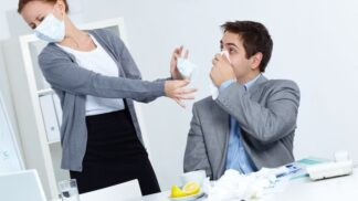 S nachlazením do práce nechodit: Absence jednoho zaměstnance je lepší než půlky firmy