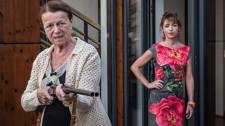 Iva Janžurová nestárne: V nové komedii Teroristka, kde hraje učitelku v důchodu, opět exceluje