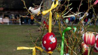 Velikonoce ve světě: Na Filipínách se lidé nechávají přibíjet na kříž, v Rusku farář požehná vajíčkům