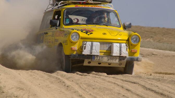 """Trabant na Hedvábné stezce: Nejlepší fotky """"žlutého cirkusu"""" z jeho první cesty"""