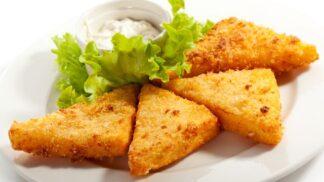 Populární smažený sýr: Zkuste ho udělat v troubě, strouhanku nahraďte kukuřičnými lupínky
