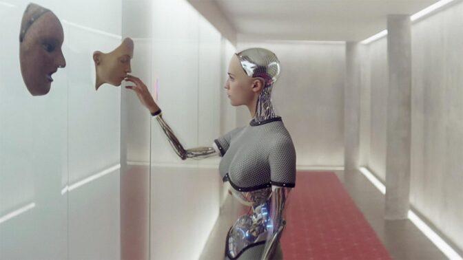 Filmové chyby ve sci-fi Ex Machina: Záhadně suché triko i robot s lidskými lýtky