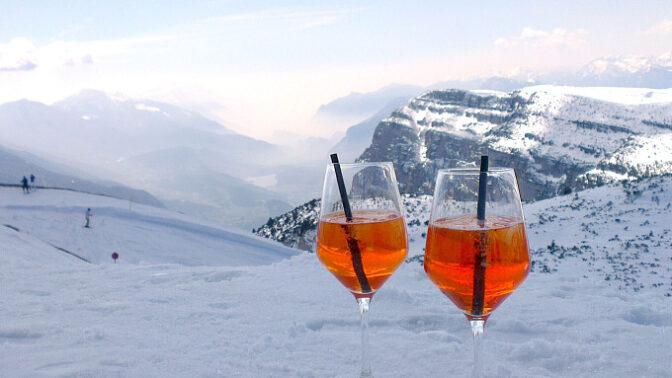 Lyžování po italsku: Buďte za dámy s bublinkami v ruce nebo s barevným drinkem jako z pohádky